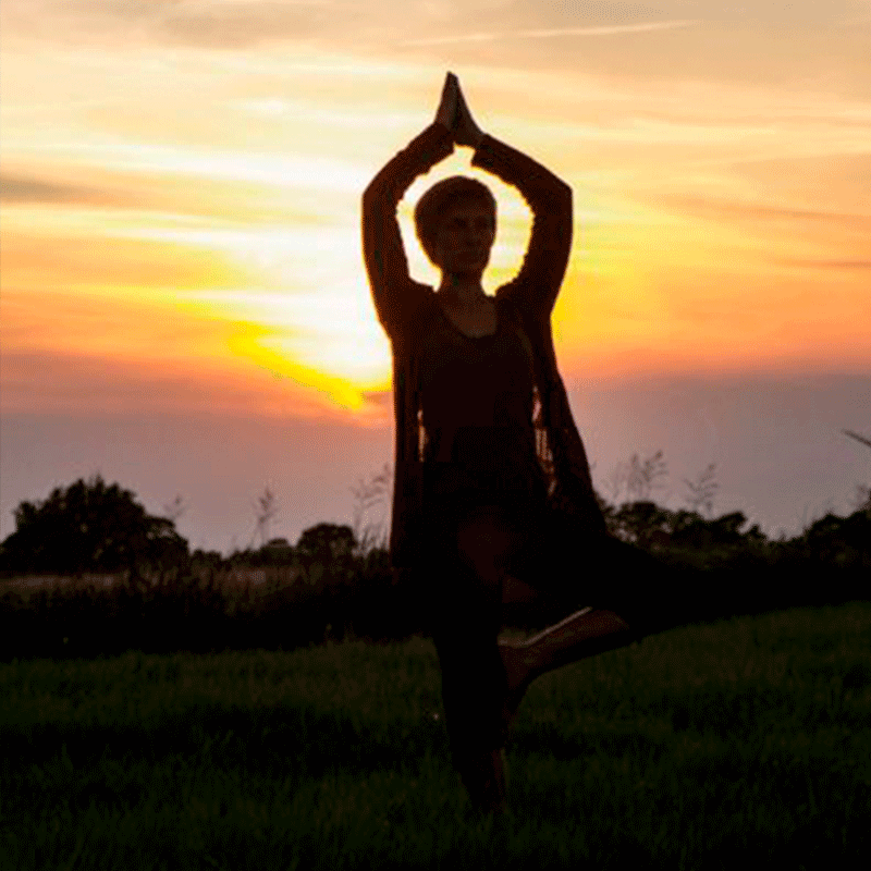 Yoga im Freien bei Sonnenaufgang - Studio Mohnblume
